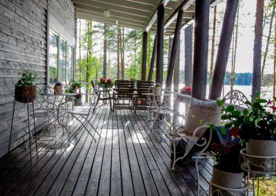 Kinkamon Aallon Päärakennuksen terassilla nautit Kesäkahvilan herkuista kuten kuplavohvelista ja monipuolisesta teemenusta.